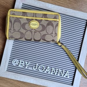 《COACH》Yellow Logo Wristlet Wallet